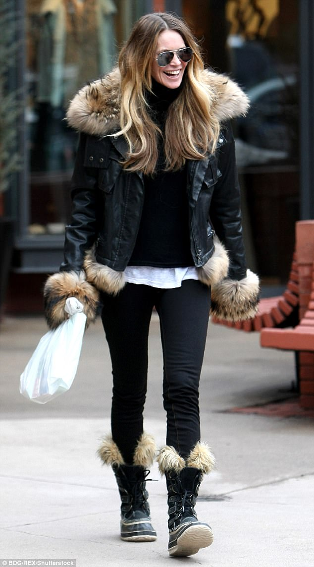 48BA0D0B00000578-0-Elle_McPherson_sporting_a_pair_of_Sorel_snow_boots_while_out_and-m-10_1517313871481.jpg
