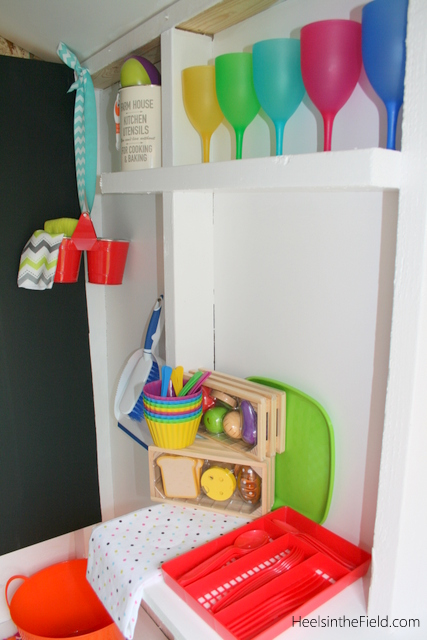 Brightly coloured dishes & play food make for a fun way to get creative in the kitchen!