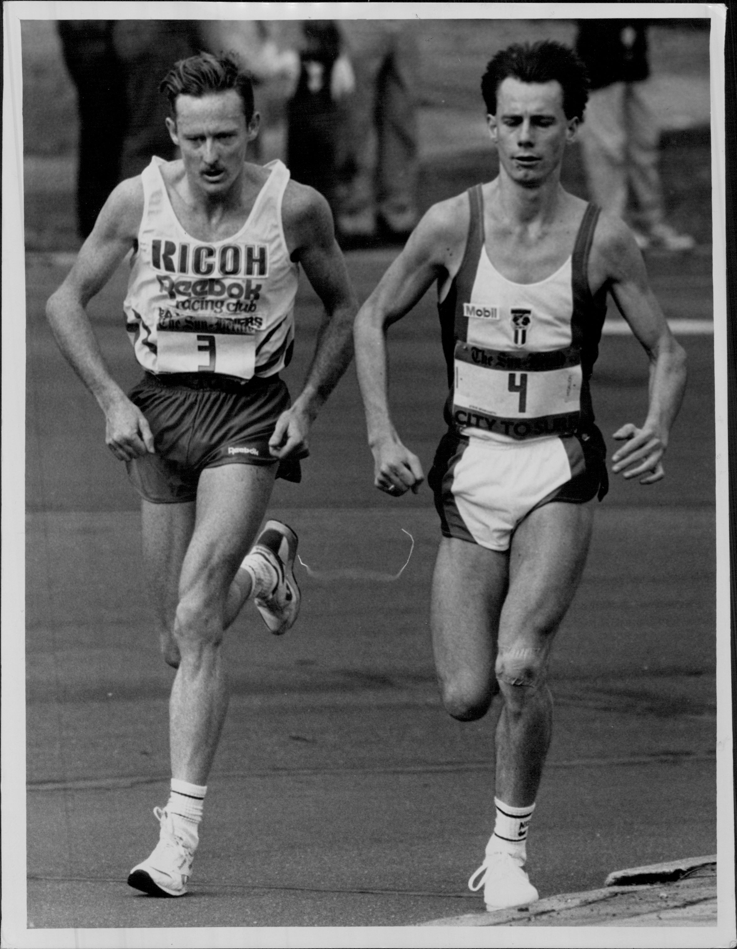 Steve Moneghetti (right) mid race.