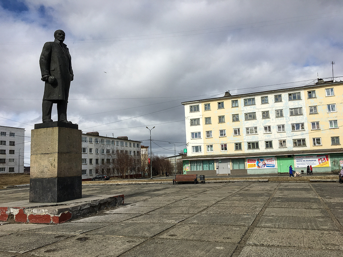 A statue of Lenin in the town of Nikel