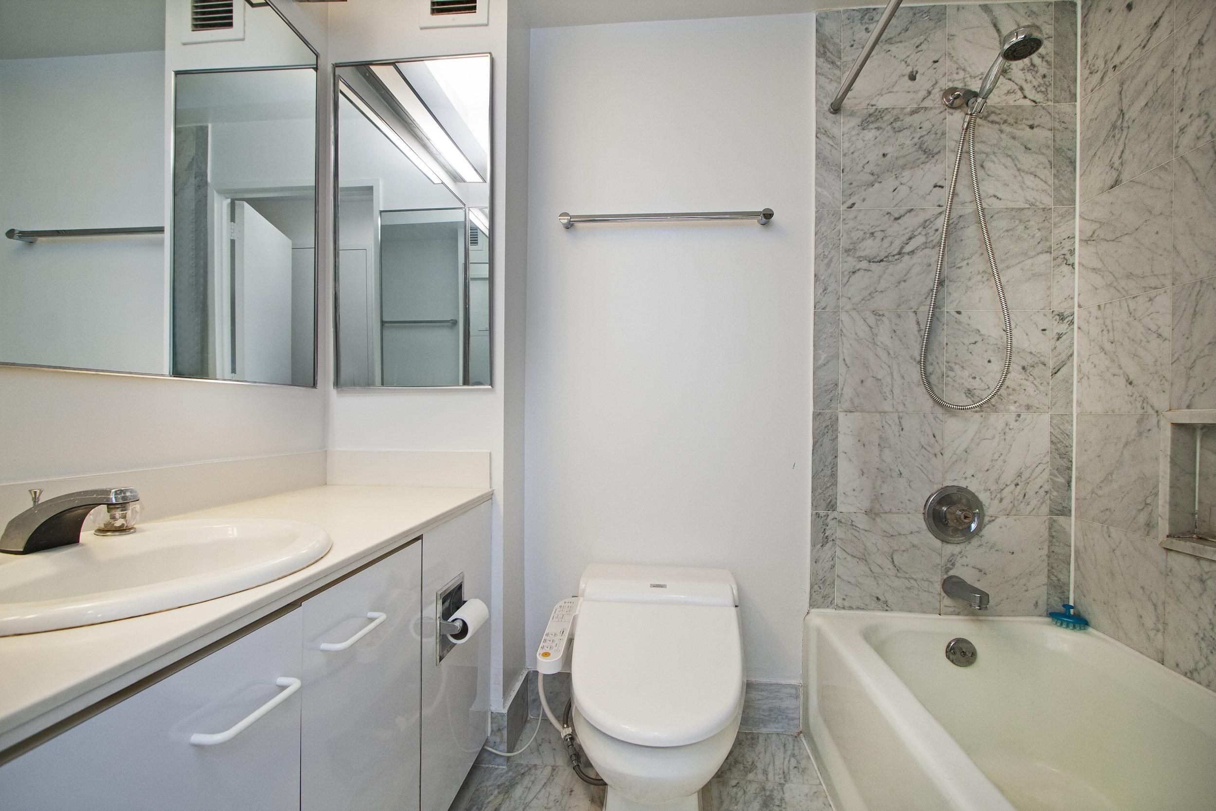 East_38th_Street_330_38M_Bathroom_.jpg