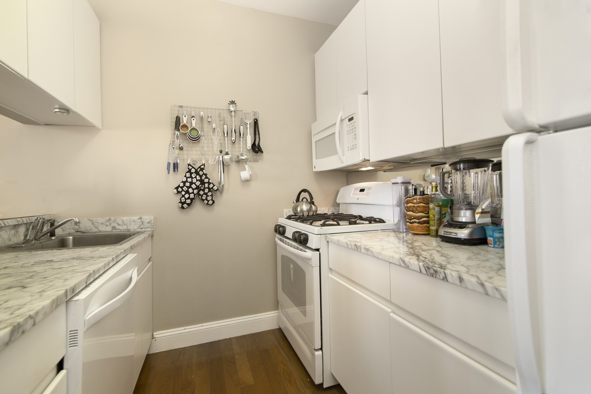 East_59th_Street_418_18A_Kitchen_.jpg