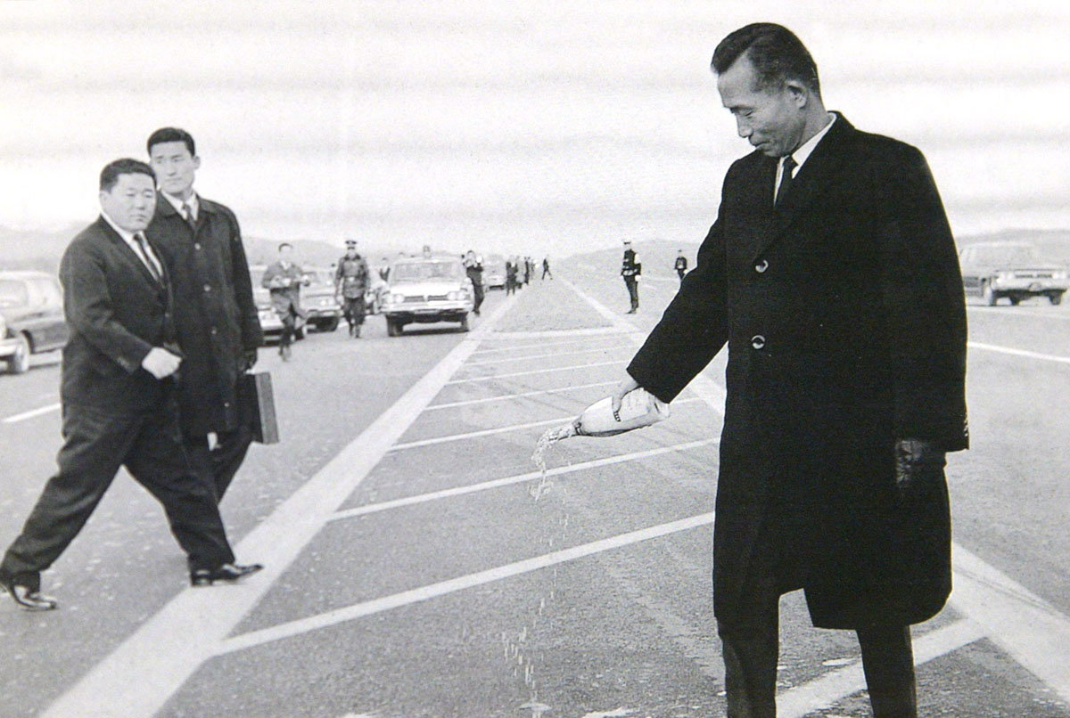 Park Chung Hee pouring champagne to commemorate the opening of the Yongin–Seoul Expressway  (1968)  Photo Credit: Yonhap News