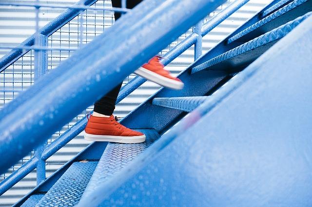 climbing stairs knee injury