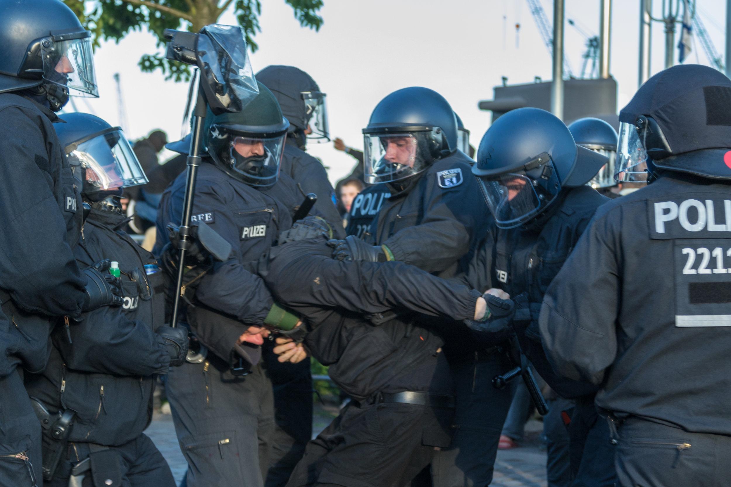 Welcome to Hell Polizei nimmt Demonstranten fest.jpg