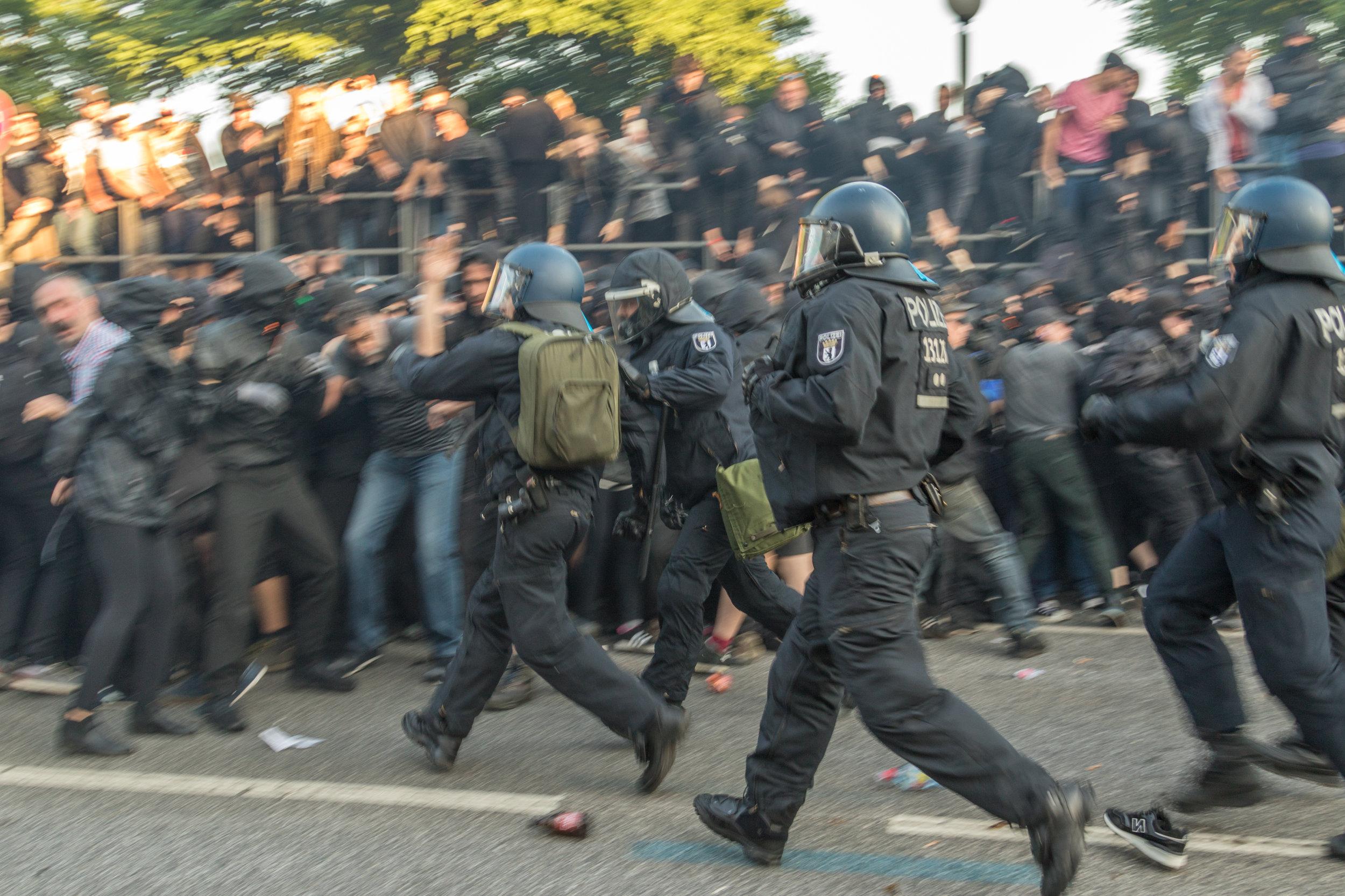 Welcome to Hell Polizei rennt in Demonstranten.jpg