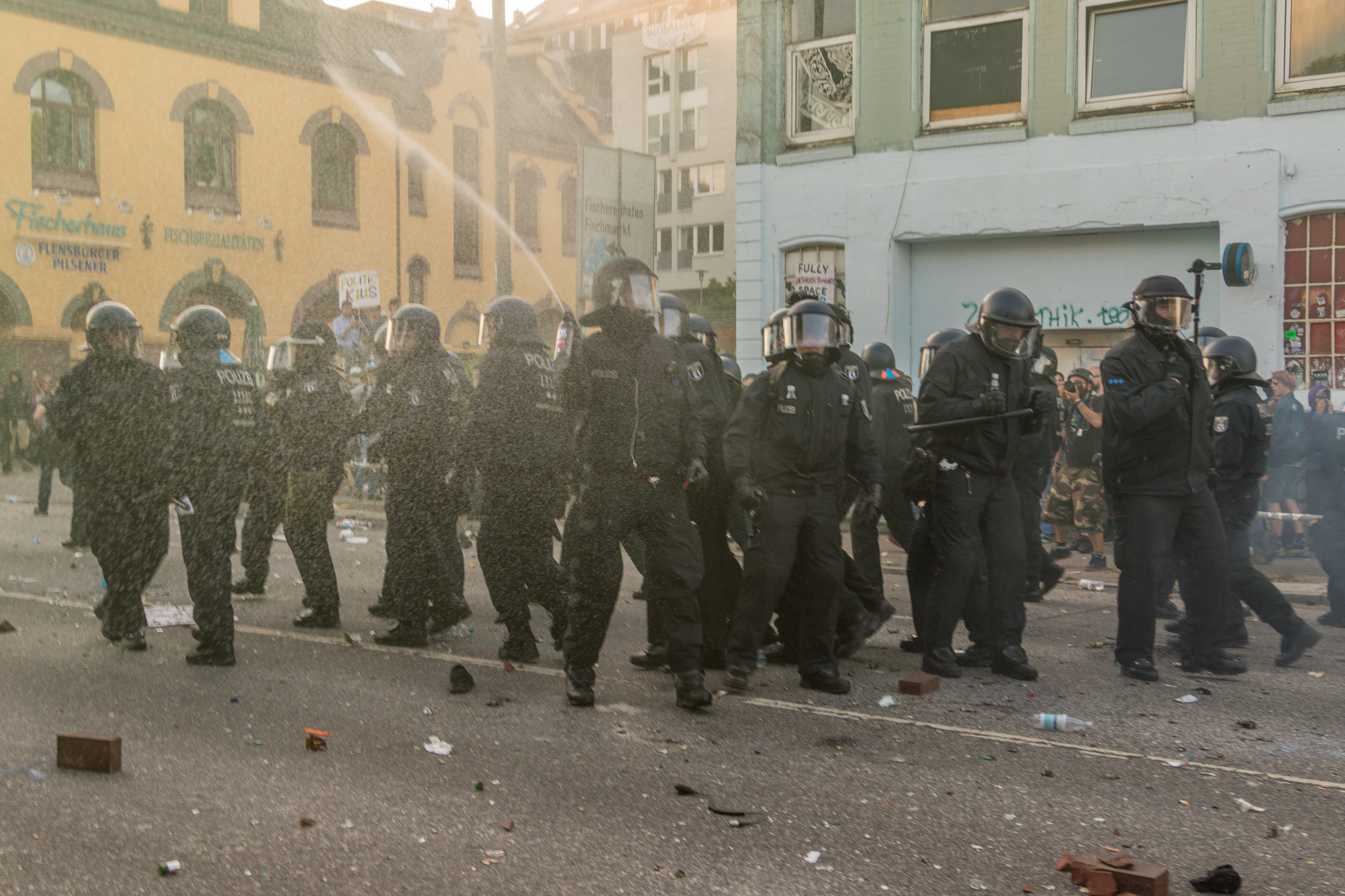 Welcome to Hell Polizei sprüht Pfefferspray.jpg