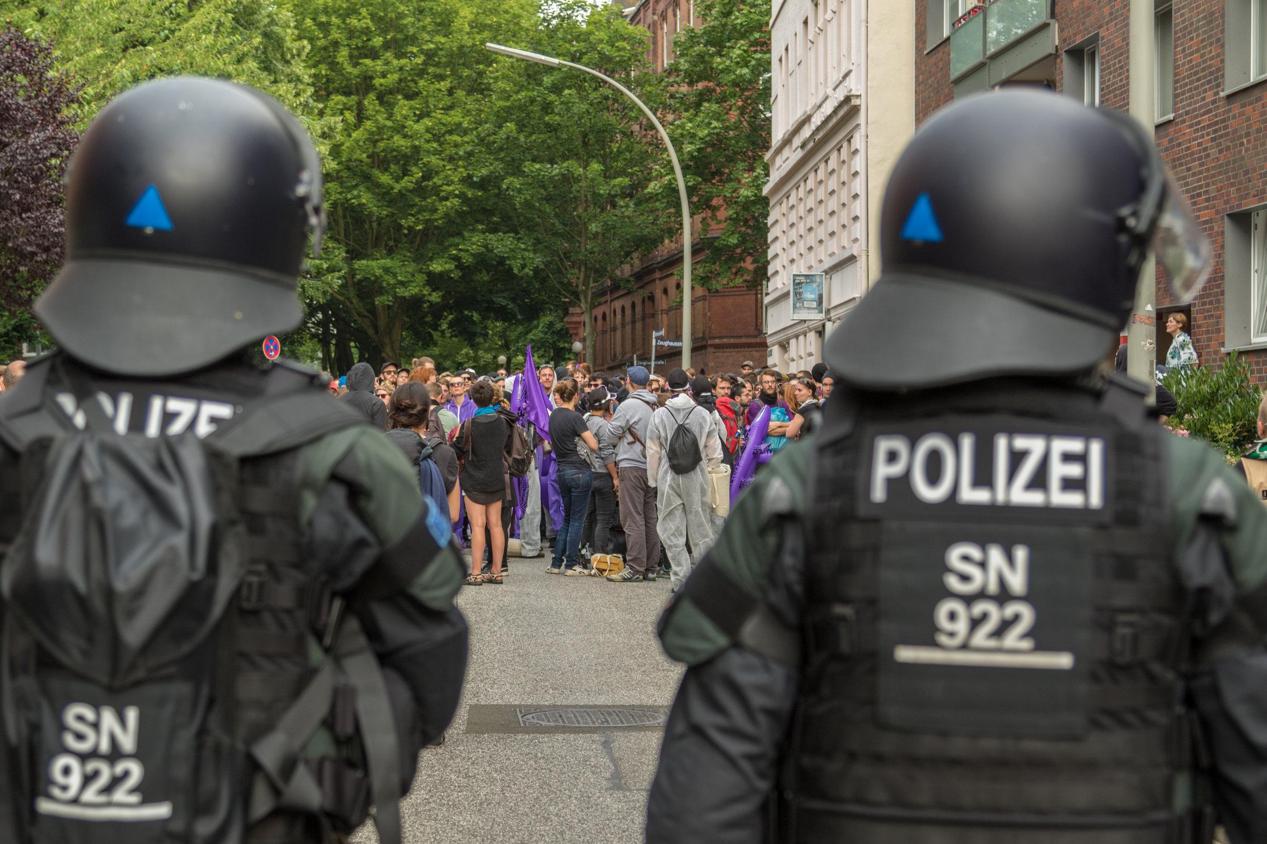 behelmte Polizisten vor Demonstration.jpg