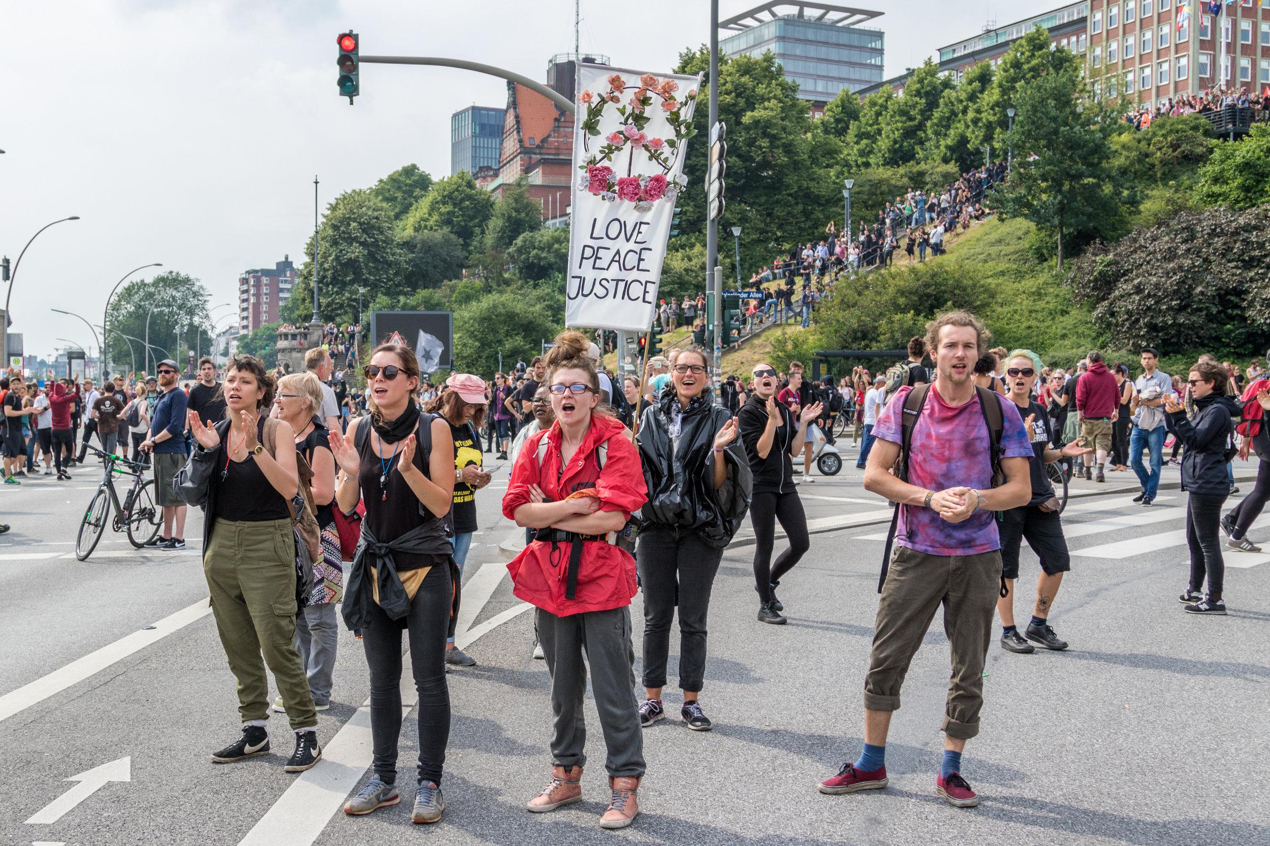 Demonstranten auf der Straße gegen G20.jpg