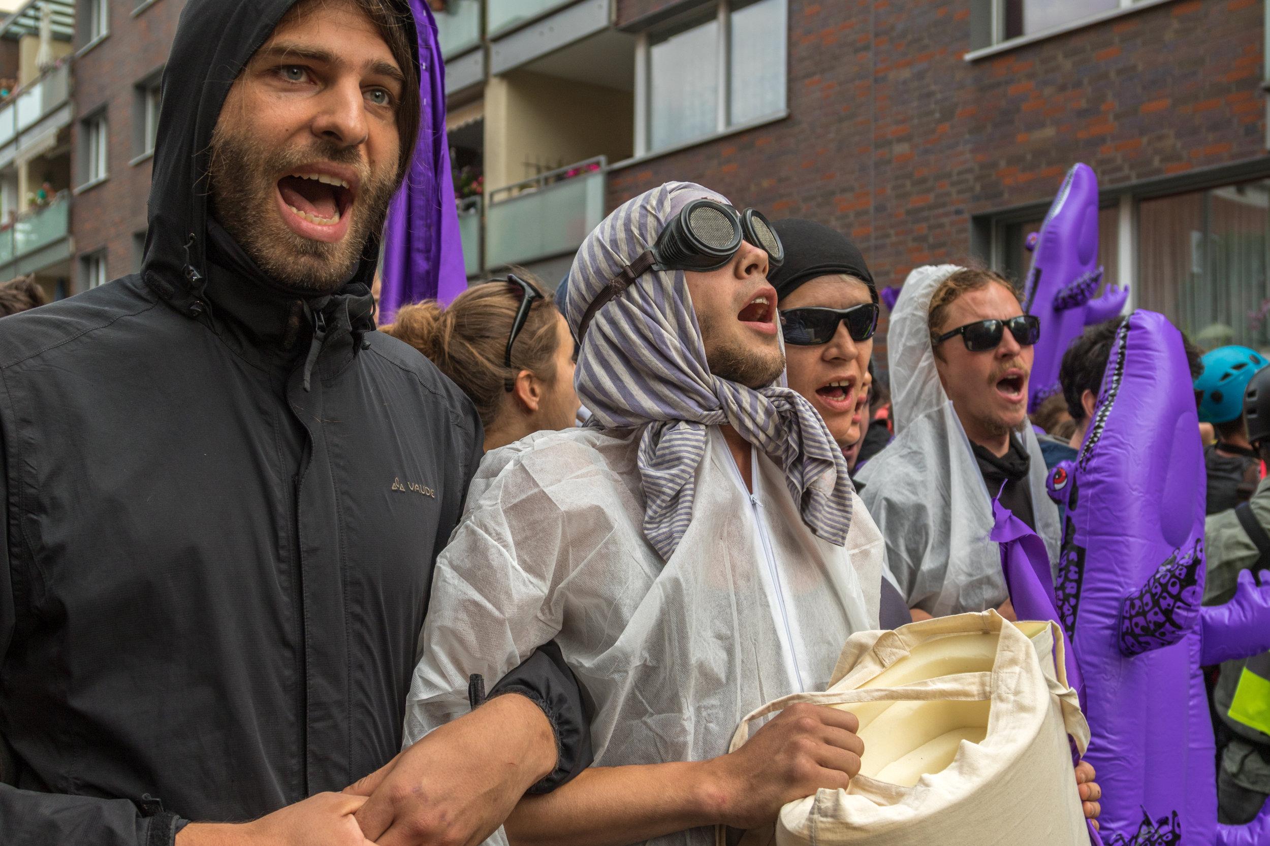 Demonstranten haben sich eingehakt.jpg