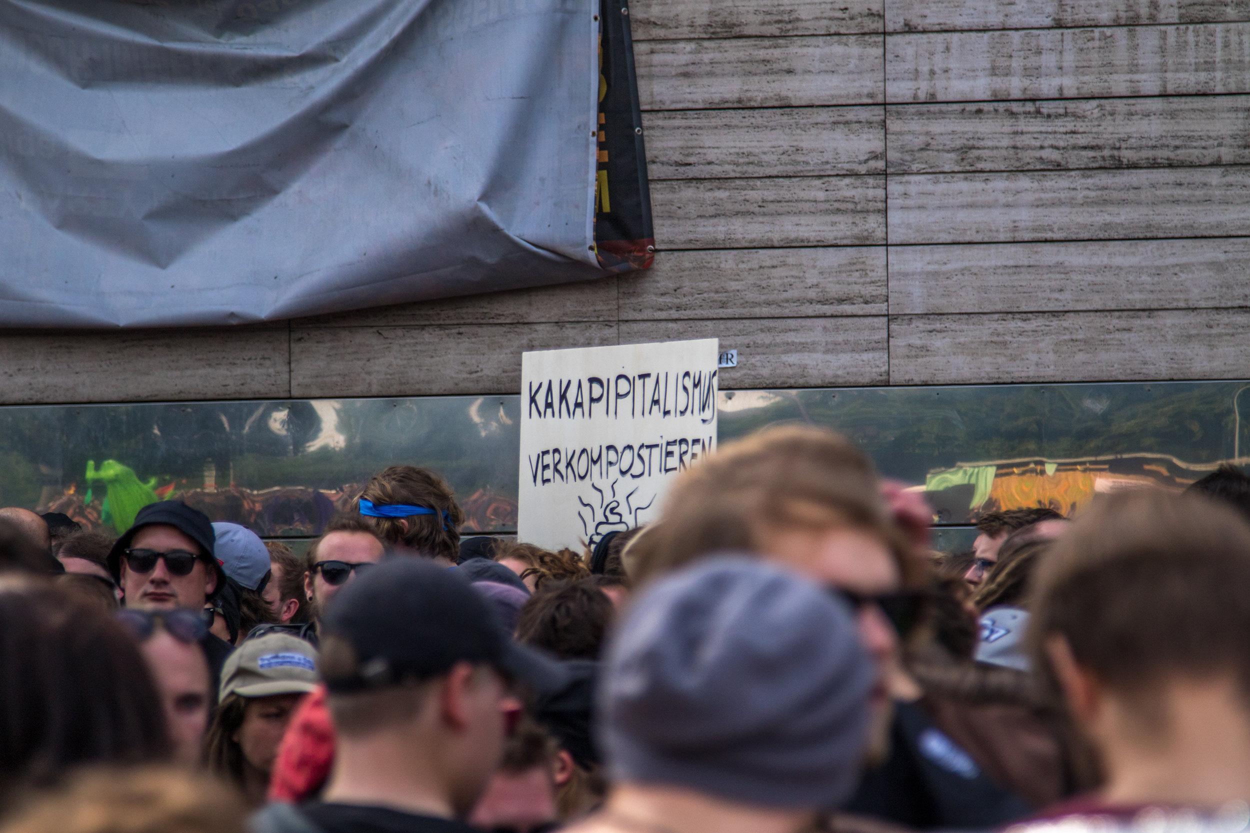 Schild mit Aufschrift Kapitalismus Kompostieren.jpg