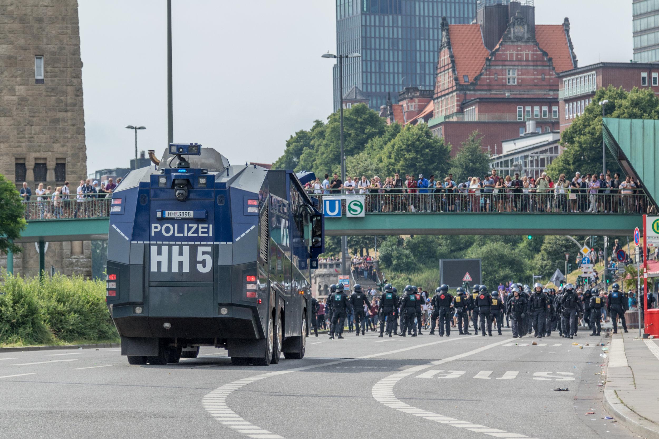 Wasserwerfer und Polizeieinheiten riegen Straße zu Elbphilharmonie ab.jpg