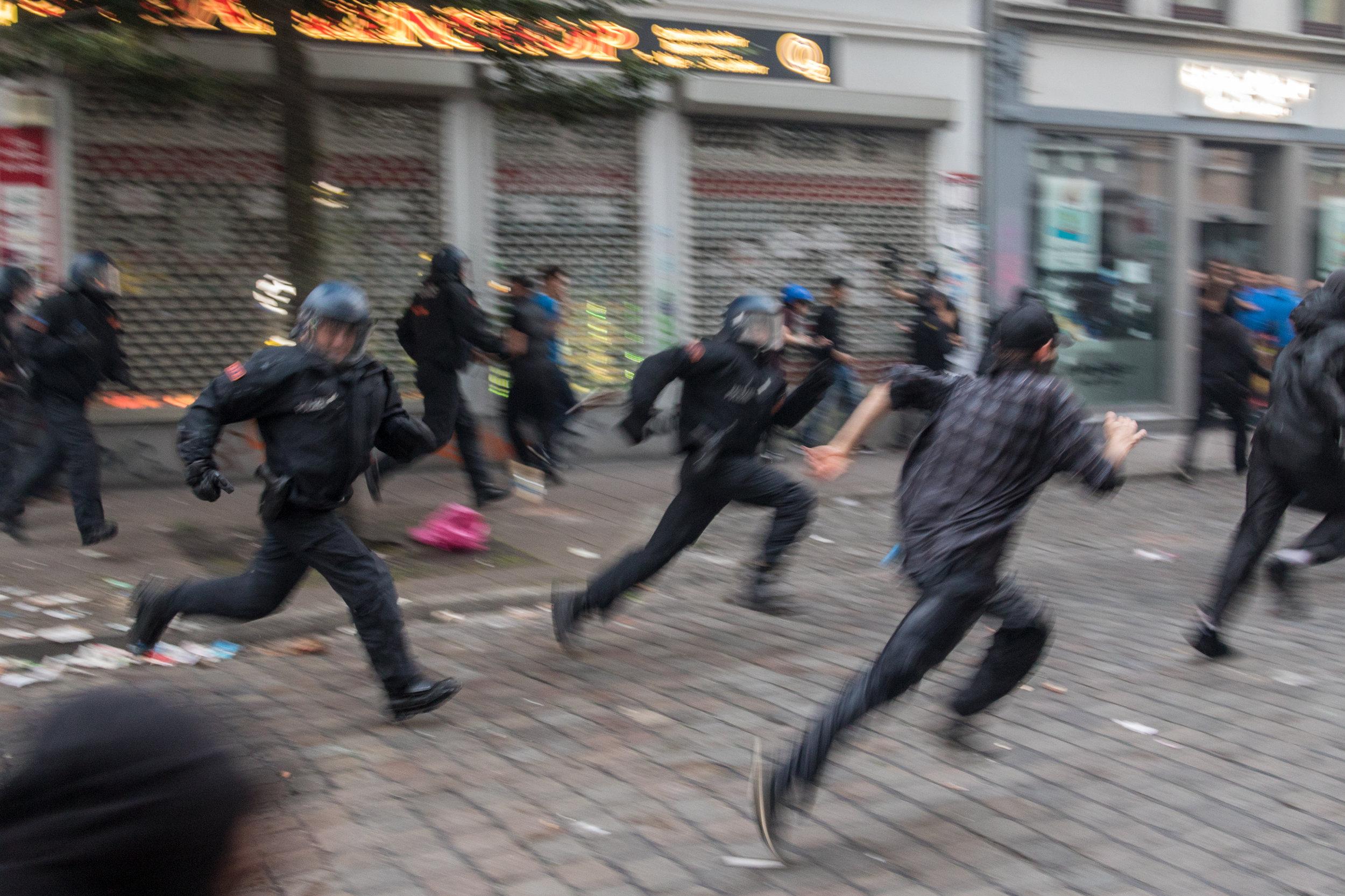 Polizei verfolgt Menschen.jpg