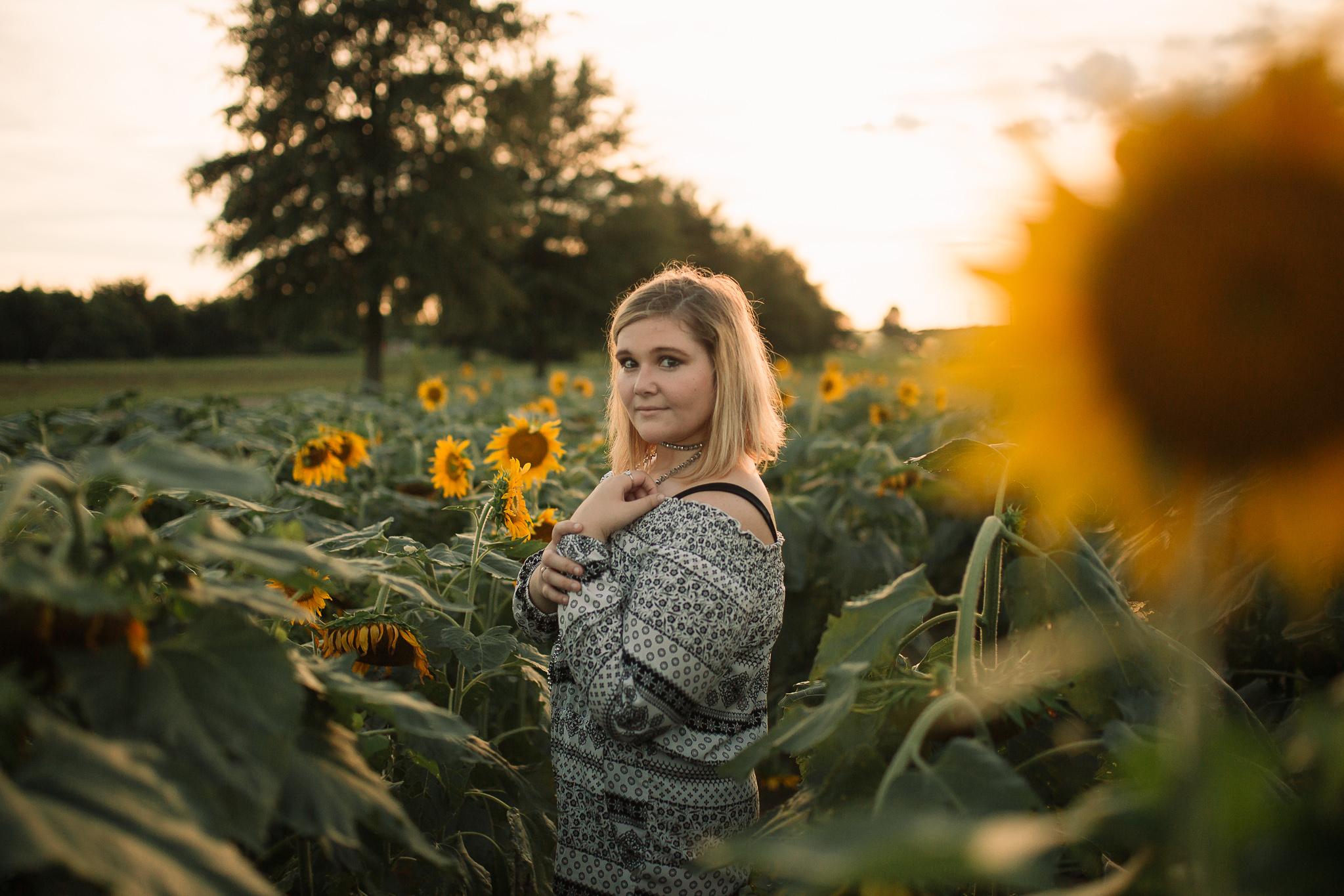 memphis-senior-photographer-senior-pictures-sunflower-field