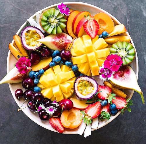 DELICIOUS FRUIT PLATE VEGAN