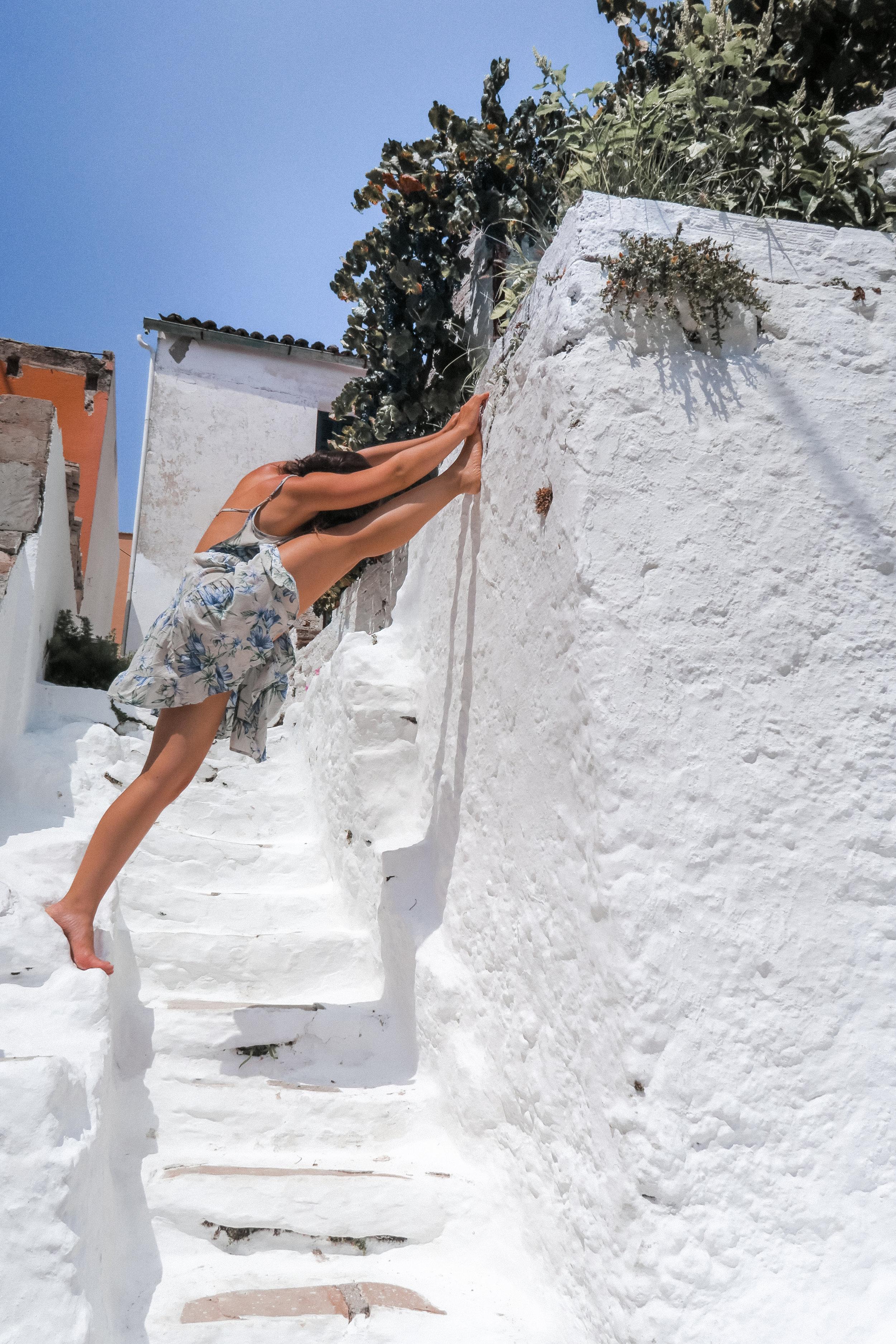 blue white greece yoga - amelietahiti.com