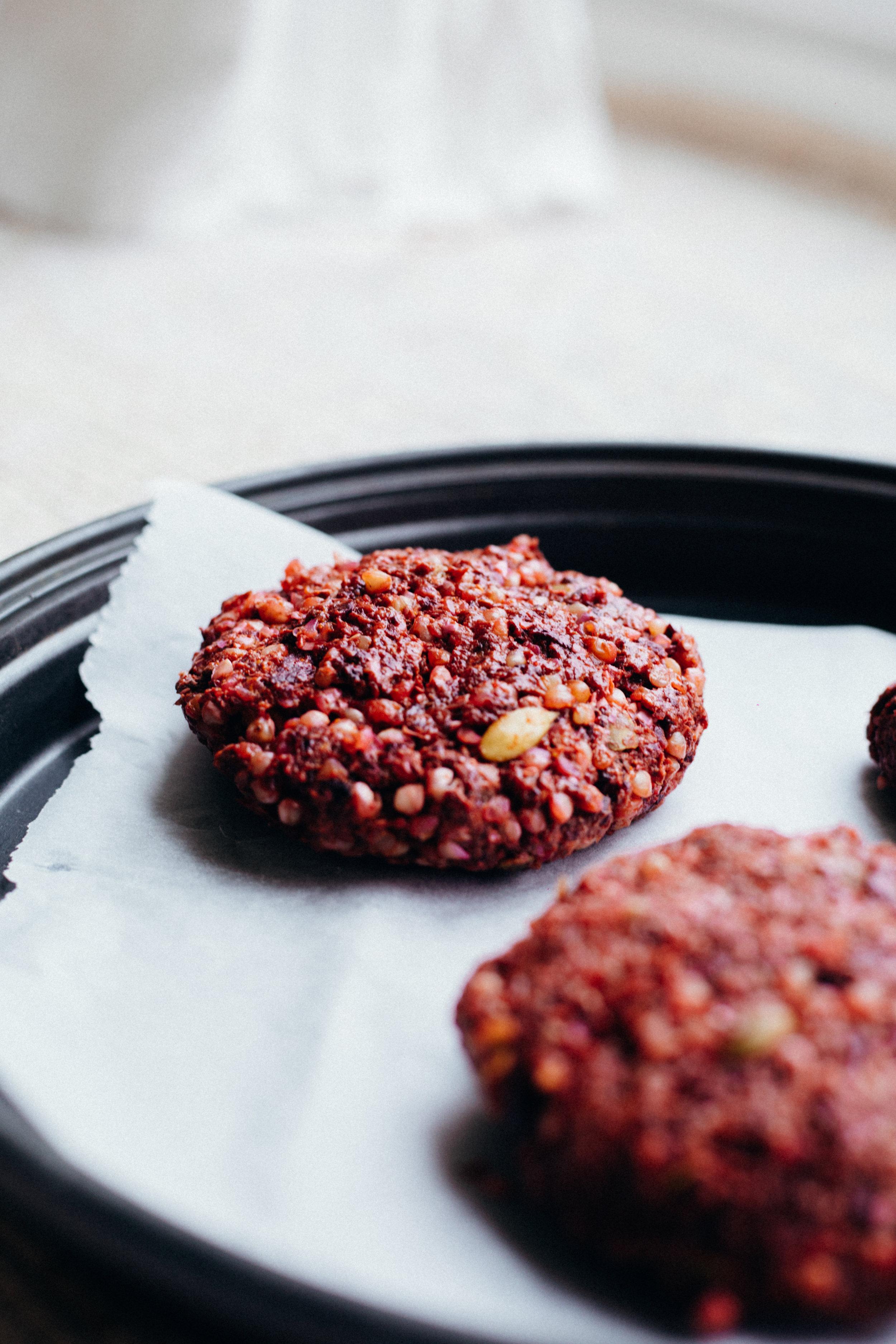 Pink Creamy Hummus & Vegan Buckwheat Burger - www.amelietahiti.com