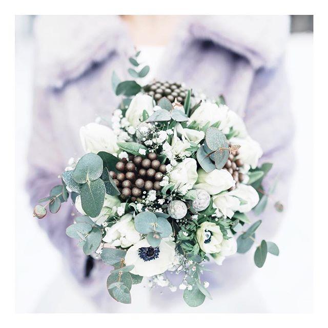 Wedding winter bouqet💗 . . . #brämhultskyrka#vinterbröllop#bröllopsfotograf#bröllopborås#leolinphotography#kärlek#fotografborås#fotografvarberg#love#weddingdress#weddingphotographer#infinitum#ögonblickattminnas#bröllop2018#bröllop2019#yesido#happiness#wedding#weddinginspo#weddinginspo#barnwedding#brudklänning