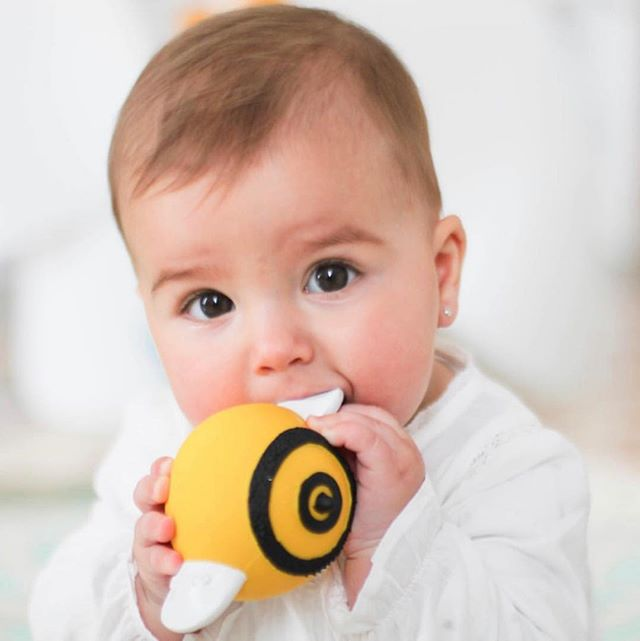 🐝 Falling in love with bees from the beginning with Pic the Bee 🌿 Falling in love with natural rubber sustainable and biodegradable toys from an early stage 👐🏽 Designed for babies tiny hands and vision in contrasts  Made with the amazing team @wanatoy  #lancotoys #baby #teether #development #naturaltoys #naturalrubber #sustainable #healthy #wanatoys #honeyislife