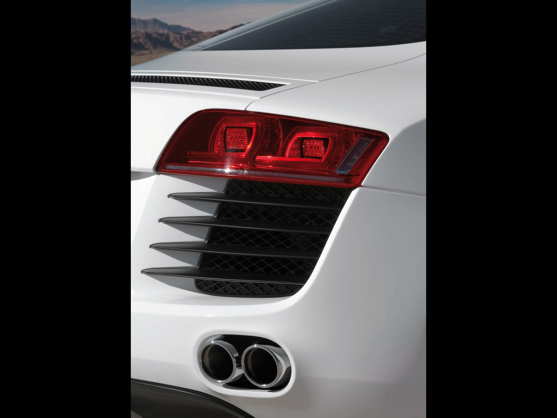 2007-Audi-R8-Rear-Light-And-Tail-Pipes-1920x1440.jpg