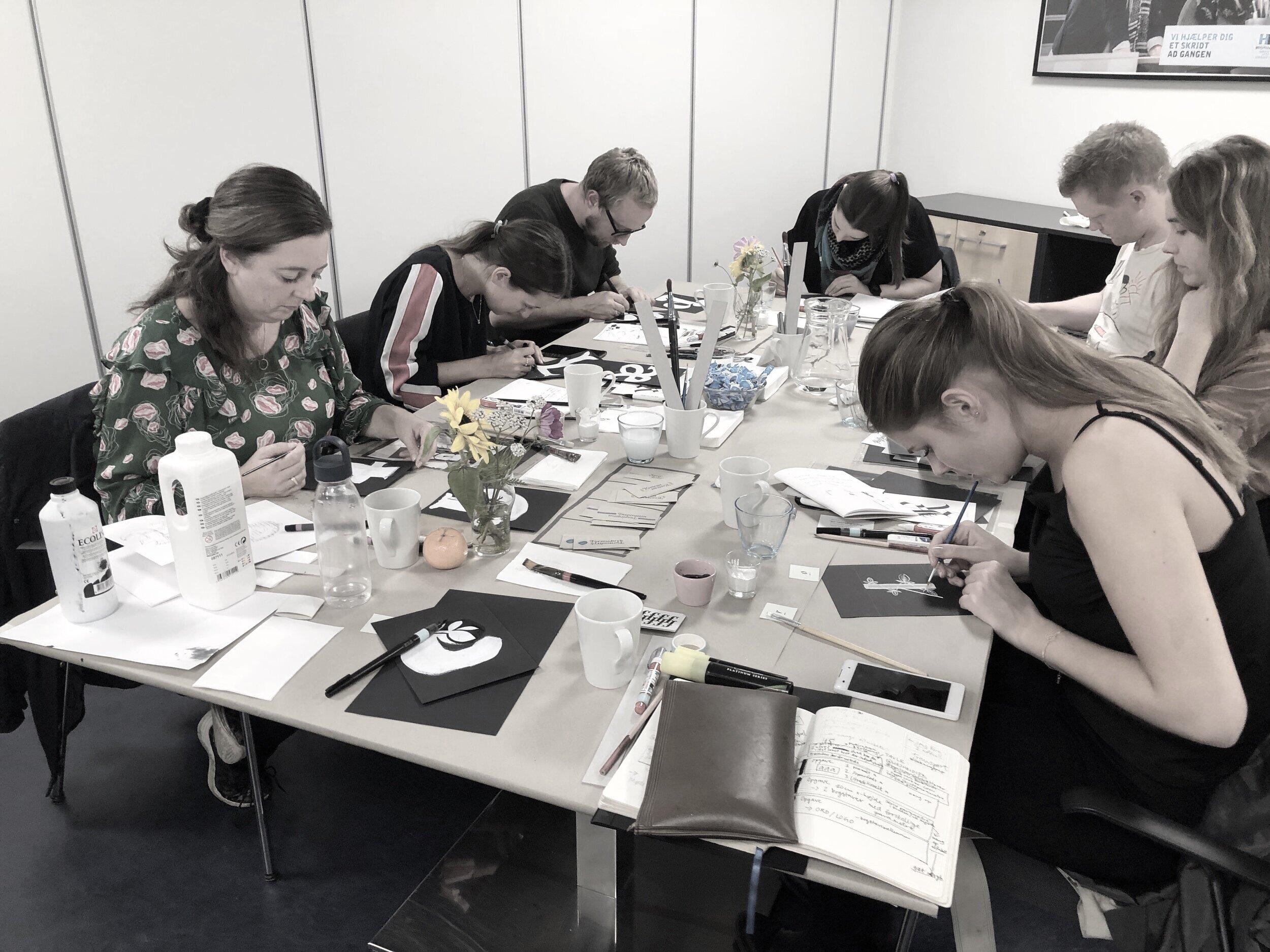Deltagere i fuld gang med at udforske bogstavsformer