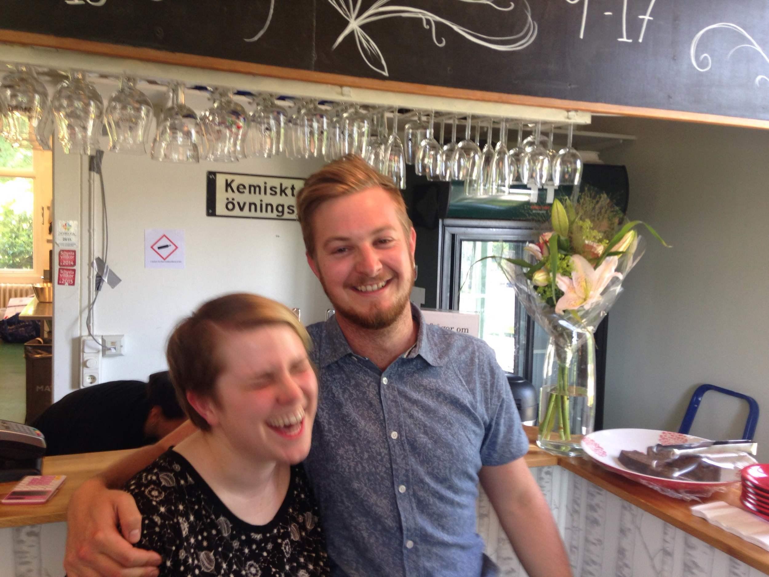 Lina Larsson, ordförande för Naturvetenskapliga Föreningen (vänster) och Magnus Pierrau, VD för Café Ruben (höger).