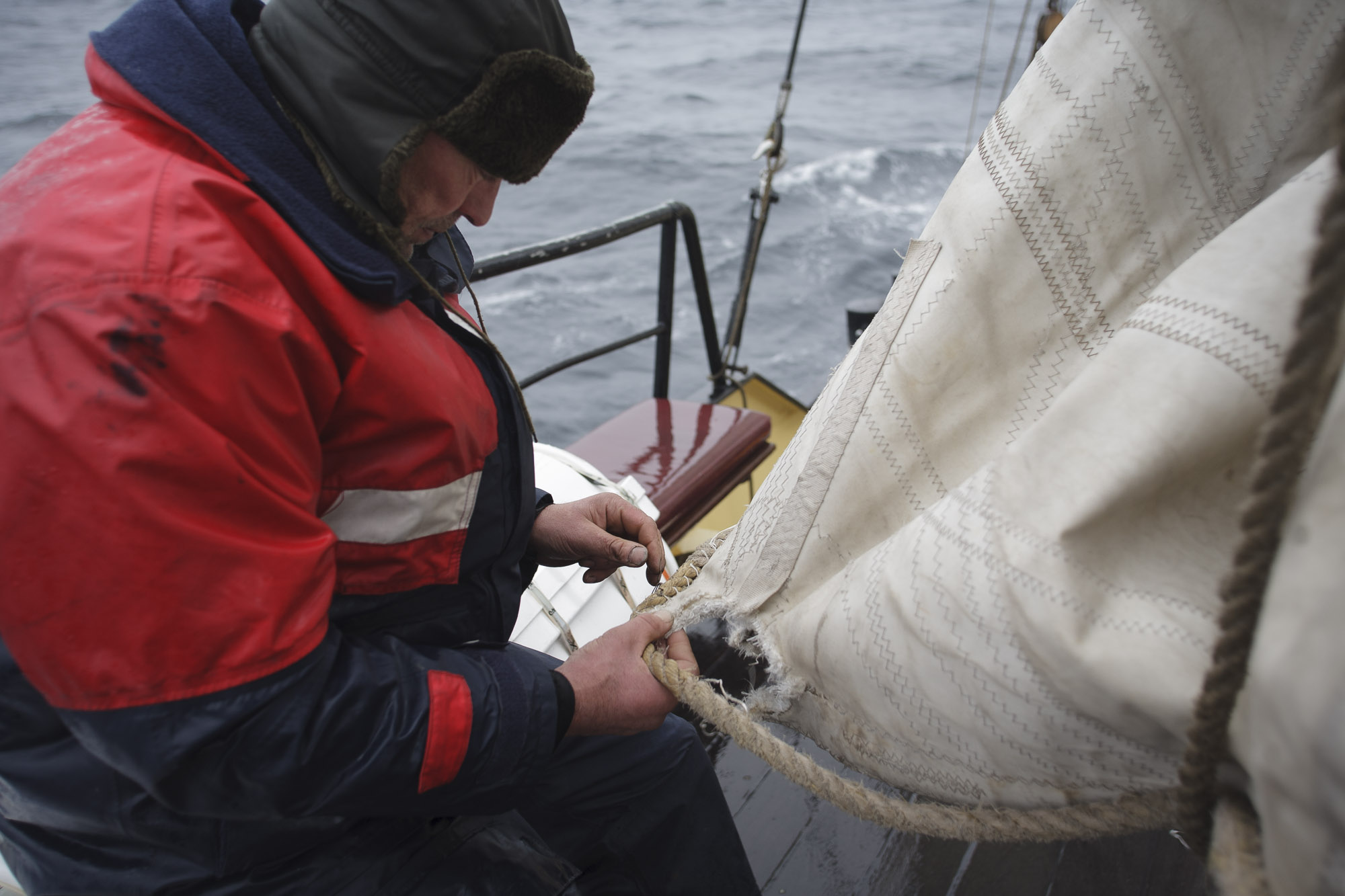 Mending the sails of Noorderlicht with cold hands