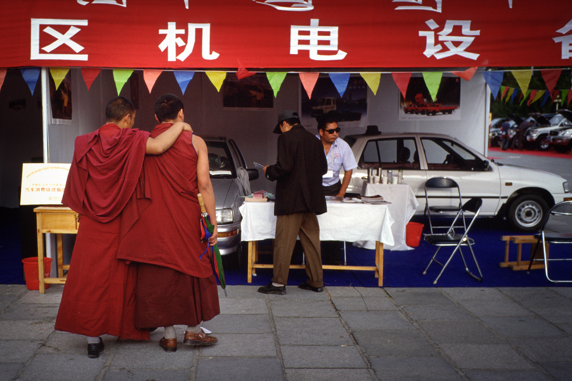 Monks watch car sale, Potala Square