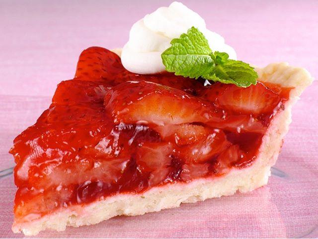 Say hello to summer with our Summer Sensation Strawberry Pie! It's the perfect dessert for your first picnic of the season.☀️🍓🧺