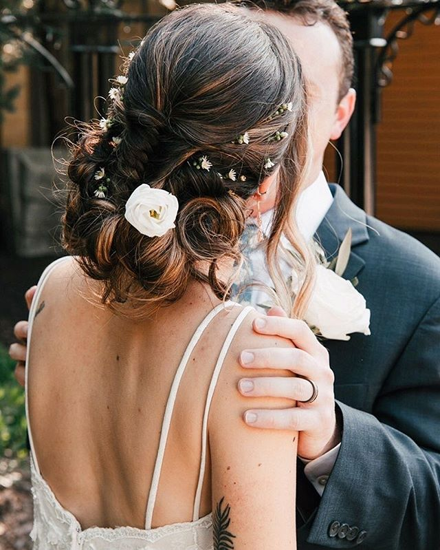 It's all in the details 🍃  Gorgeous wedding updo by @hairbymarissairwin 💍👰🏻 . . . #weddingseason #weddinginspiration #photography #updo  #weddingphotography #weddingdress #bridalhair #weddingday #bridal #weddinghair #fallwedding #weddinghairinspo