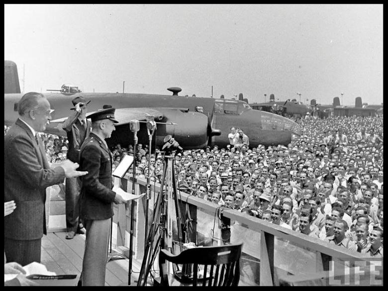 Kindelberger together with    General James Doolittle    at the Inglewood plant in 1942.  Image- Life Magazine