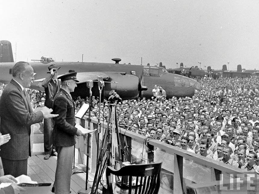 Kindelberger together with General James Doolittle at the Inglewood plant in 1942.