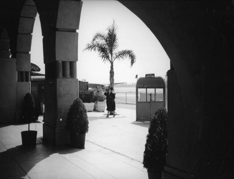 Courtyard of the Grand Central Air Terminal 1937.jpg