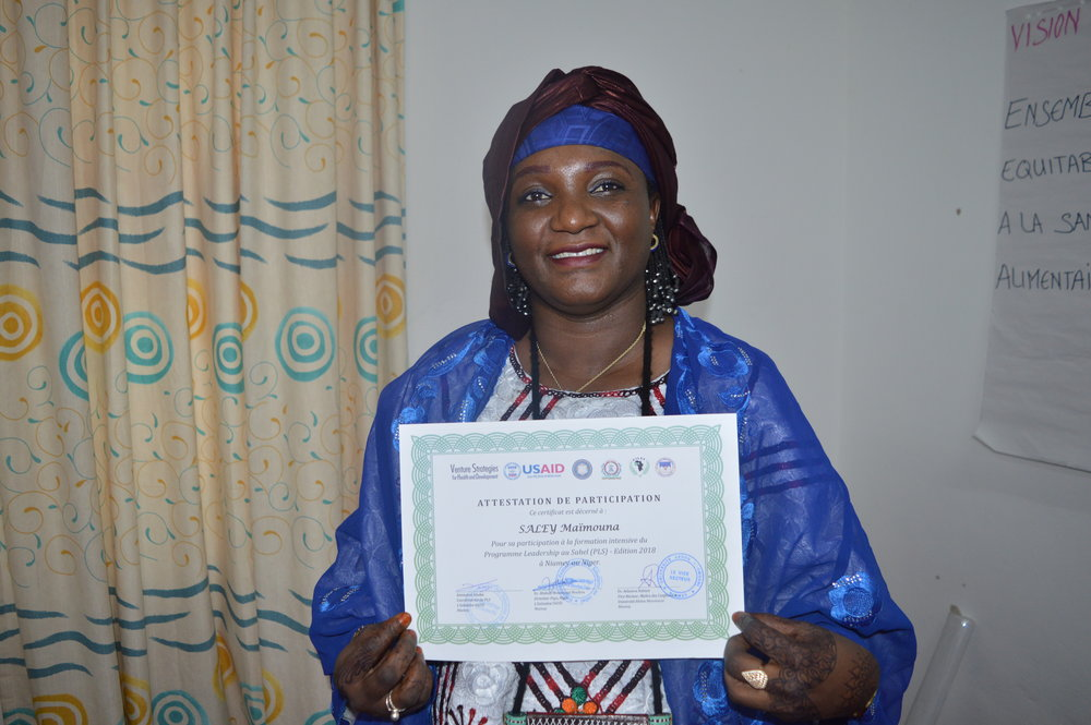Maimouna contente d'avoir reçu son attestation   Maimouna receives her SLP intensive training certificate