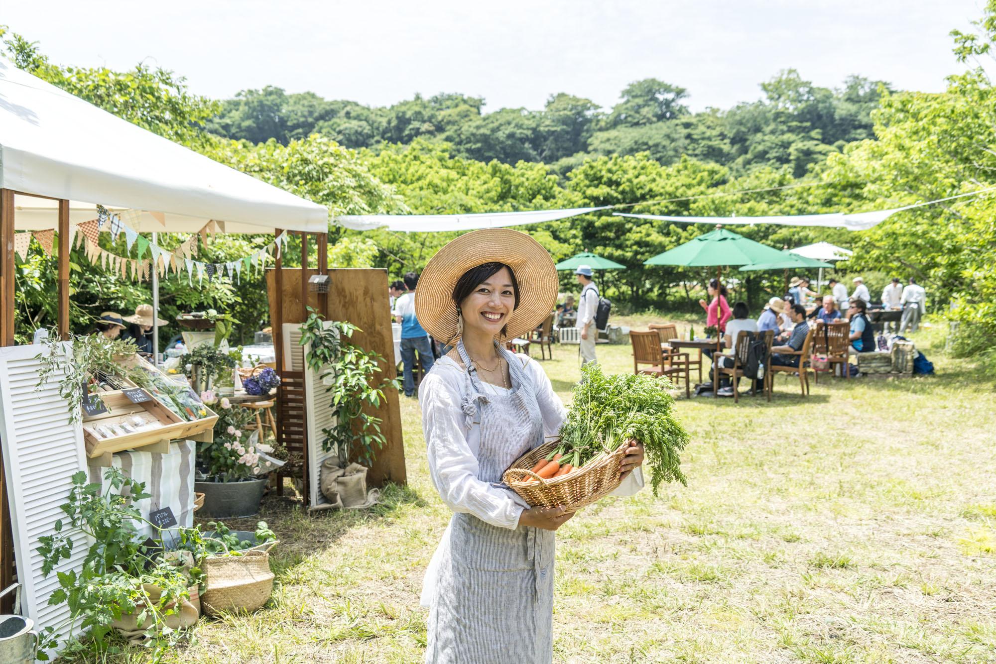"""瓶詰め講師 西村 千恵 / CHIE NISHIMURA   ファームキャニング代表。都内でのオーガニックやフェアトレードというエシカルな分野にて食と女性の身体に携わる。その後、もっと畑を日常に感じる生活を広めたいという思いでファームキャニングを開始。規格外や虫食いなどで廃棄されがちな""""もったいない野菜""""を積極的に使い、オリジナル瓶詰めレシピを開発。瓶詰めの手技も伝えています。PAWAパーマカルチャーデザインコース修了。  逗子在住、食いしん坊、2児の母。"""