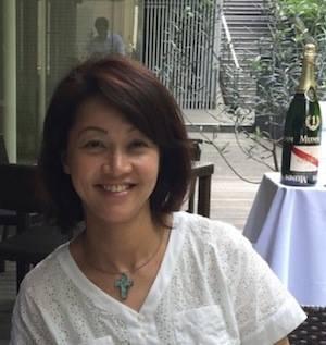 TOMOKO OISHI - 講師:大石ともこ2001年「日本におけるイタリア年」より、イタリアワインやオリーブオイル、食材等を輸入販売する仕事に携わる。 2013年4月よりフリーランス。2013年12月より、郵船商事株式会社のイタリアワイン新規事業に携わり、実際現地を訪問しながら、それぞれの情熱や大地の魅力あふれるイタリアワインとオリーブオイル輸入販売している。 またオリーブオイルの魅力と素晴らしさを伝えたいと、各地でセミナー活動等も行っている。資格:AISO認定オリーブオイルソムリエ (AISO:イタリアオリーブオイルソムリエ協会)