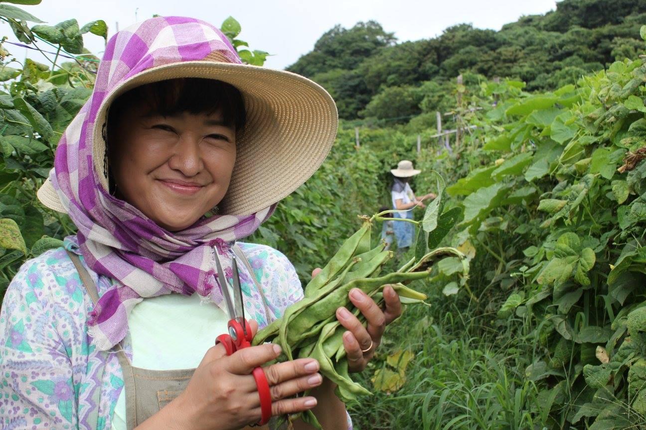 自宅の裏庭が荒れ放題、草ボウボウでとってももったいない状態でした。その土地を開拓して家庭菜園を作ってみたかったのですが、つい最近まで東京に住んでいて、まるで土をさわる機会が無く どこから手をつけていいかわからない状態でした。  知識も無く畑を作ってもきっとタネや苗を無駄にしてしまうかもしれないと思っていました。でも、そういうknow-howを楽しく教えてくれて、収穫した野菜、そして毎回違う素材で、変わった保存法を教えてもらえるのがとっても勉強になっています。  自分達が作った野菜を始めて収穫して食べた時の感動や、ファームキャニングに入るまでは料理の時に野菜の皮やヘタ、大根やカブの葉も捨ててましたが そんないつも捨てていた部分さえ愛おしく全てを工夫して食すようになりました♪♪  太陽、水、土、緑、日本四季に感謝しながら今は暮らしております♡  (3期 神奈川県横須賀市・ヘア&メーキャップアーティスト)