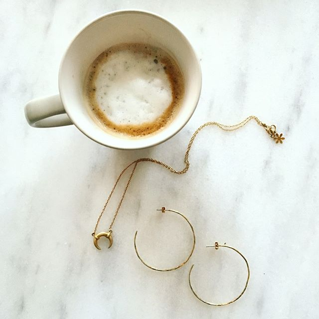 In a desperate need for coffee ☕️ .... and goldplated jewellery by @susannefriisbjorner 💁🏼  ____________________ #susannefriisbjorner #sfb #goldplated #sterlingsilver #mestergullsandberg