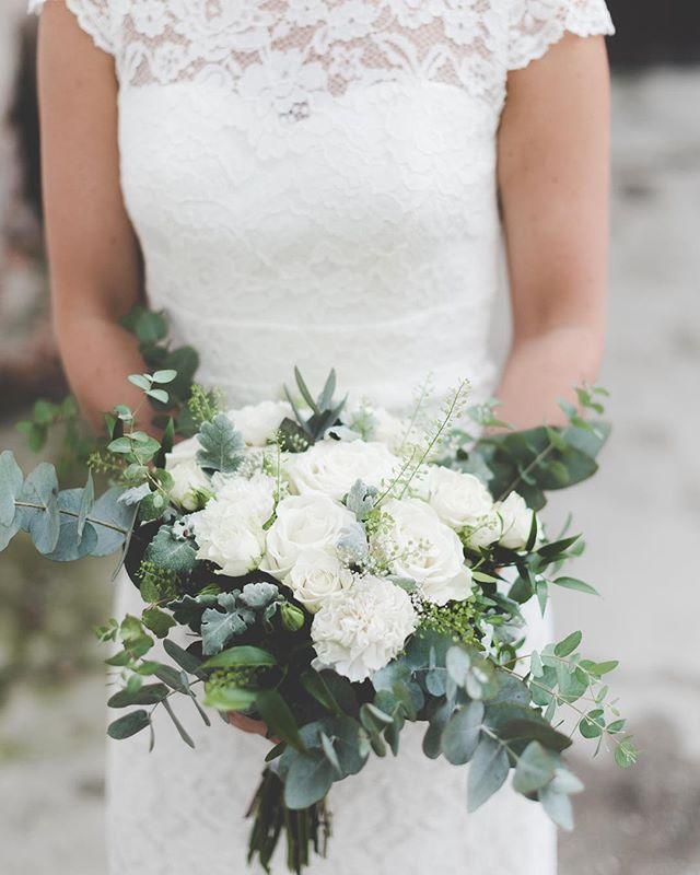 🌿✨💭. #beauty . . #weddingflowers#brudbukett #magic#smellslikesummer ☼✨! #bride#eucalyptus#weddingphotography  #storiesbybettie