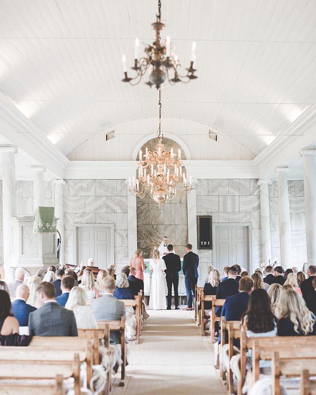 psst. dreamy details.✨💭. working with beauty... . . . #bröllopsfotograf#bröllop#weddingphotography #weddinginspo#bride#groom#wedding #weddingdress#weddingreception#bröllop #brollopsfotografer #memories#summer #sommarbröllop#summerwedding#churchwedding #happiness#details#beauty#lokabrunn #storiesbybettie