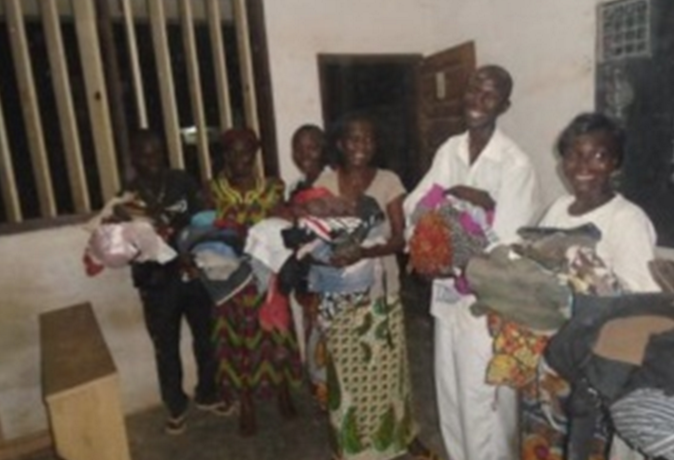 Internally displaced people with their gifts — Bangui, CAR