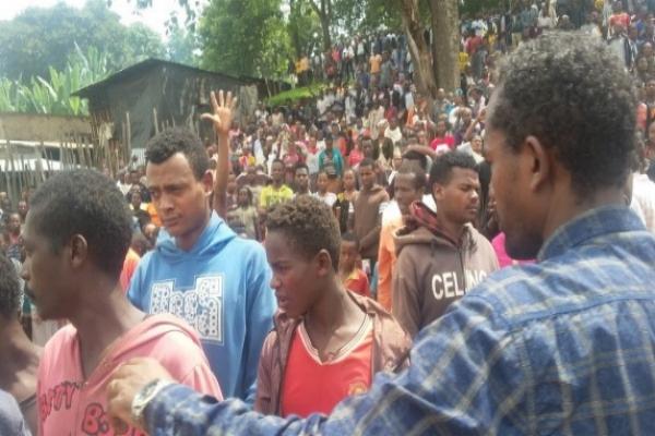 People Responding to Bereket's Message - Bona, Ethiopia