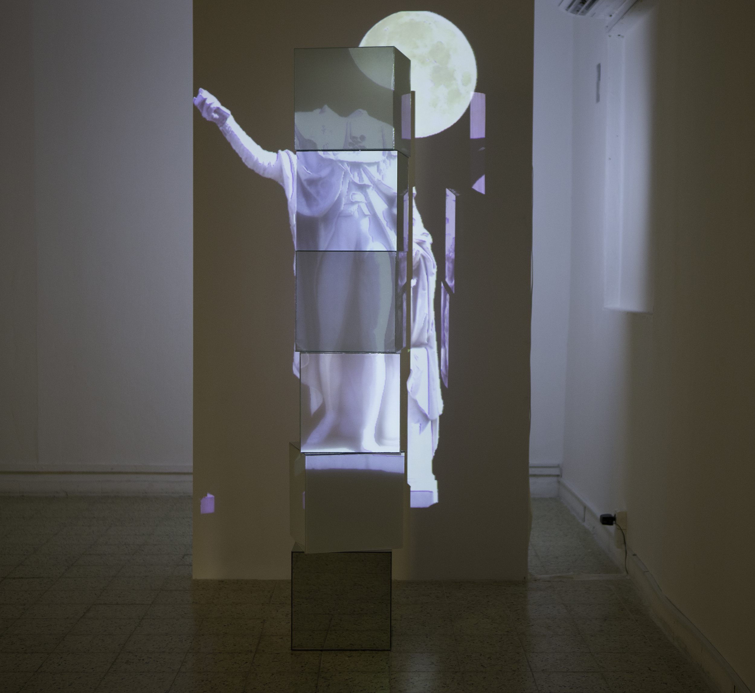 rising moon, mirror,glass and video projection, 1.80x0.40x0.40m, 2015