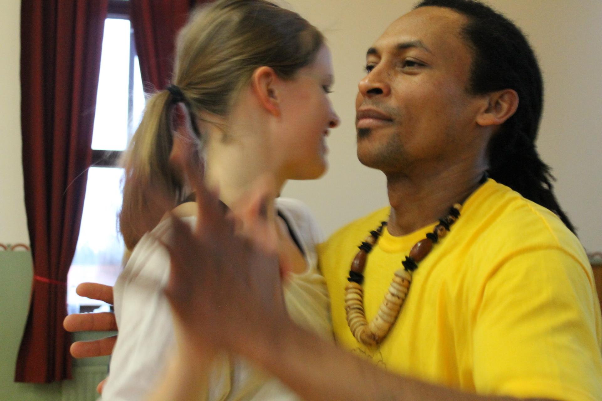 Bom Cabelo dancing with Laura