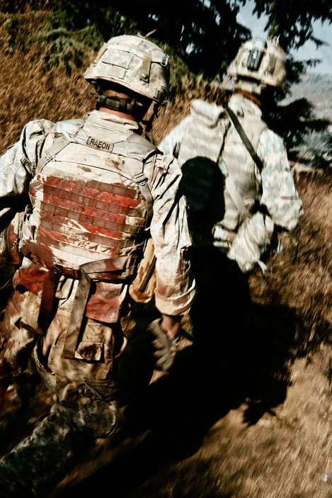 © Tim Hetherington/Magnum Photos Abas-Ghar ridge. 2007. Men from the scouts unit of Battle Company run to a firing position shortly after Islamic militants overran their position, killing one US soldier and injuring two others during Operation ÔRock AvalancheÕ.