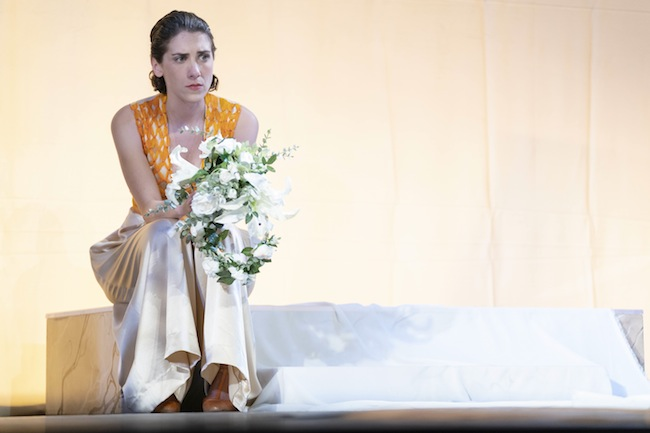 L'amour vache…  Salomé Villiers est Béatrice, tourmentée par le seigneur Bénédict, joué par Étienne Launay