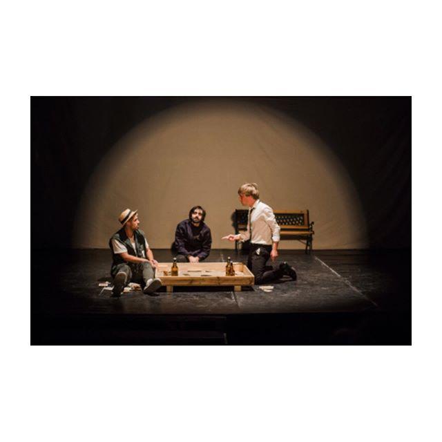 LES ESTIVALES @art_cendres 🎪// S'embarquer dans une nuit de questionnements existentiels avec trois potes un peu perdus, un peu poètes, drôles et attendrissants qui n'ont encore rien vu de la magie de la vie ✨ C'est «UN SIMPLE PETIT TOUR» de et par Pierre Besson. En aparté : critique ☺️ sur le blog. 📸 @fannycortade. #unsimplepetittour #pierrebesson @ponzioanthony93 @un_vinaigrier @pauluneau #maureenperon #LesEstivales19 #festivaldetheatre #critiquetheatre #apartestheatre