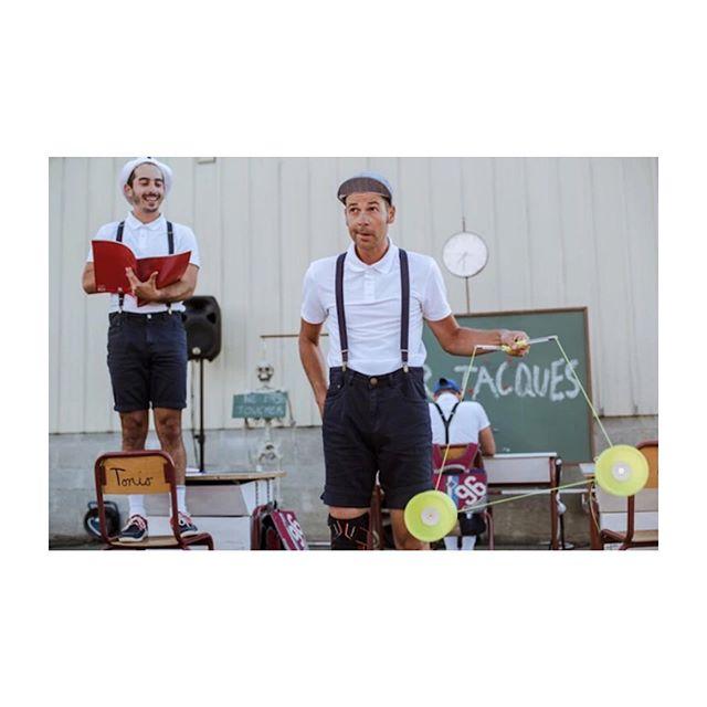 LES ESTIVALES @art_cendres 🎪// Retomber en enfance avec d'adorables sales gosses qui font de belles... clowneries 🤡 C'est «MR. JACQUES», le numéro de cirque théâtral des compagnies @canaille_la et @cirqueaucarre. En aparté : critique 😂👌🏻 sur le blog. 📸 @fannycortade #mrjacques @antoine_leveau_ #LesEstivales19 #festivaldetheatre #critiquetheatre #apartestheatre