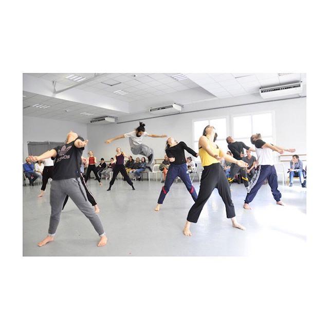 Danser à corps perdu avec la fougueuse @groupecompagniegrenade de Josette Baïz reprenant l'explosif et jubilatoire «KAMUYOT» de Ohad Naharin @theatrechaillot. En aparté : critique 💃 sur le blog. 📸 Ballini. #kamuyot #compagniegrenade #josettebaiz #ohadnaharin #danse #apartestheatre