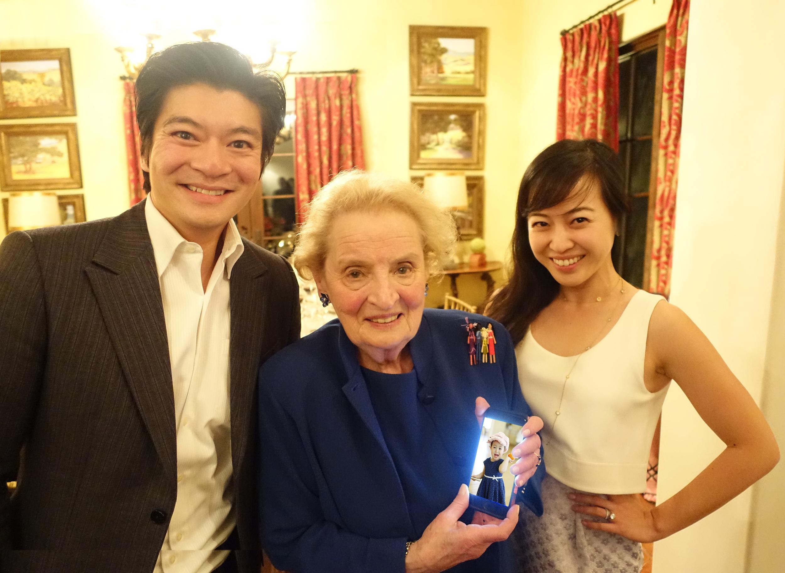 我, 马德琳(拿着我女儿钟心懿的照片),我太太陈中珊